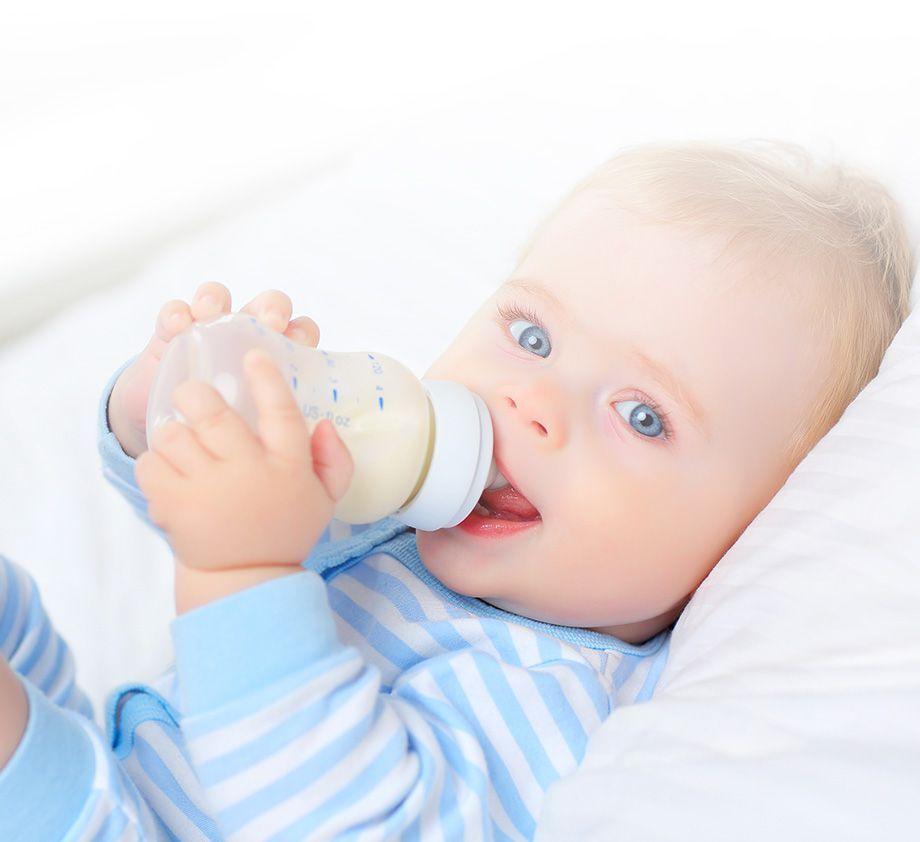 Bébé buvant son lait au biberon | Bébé M